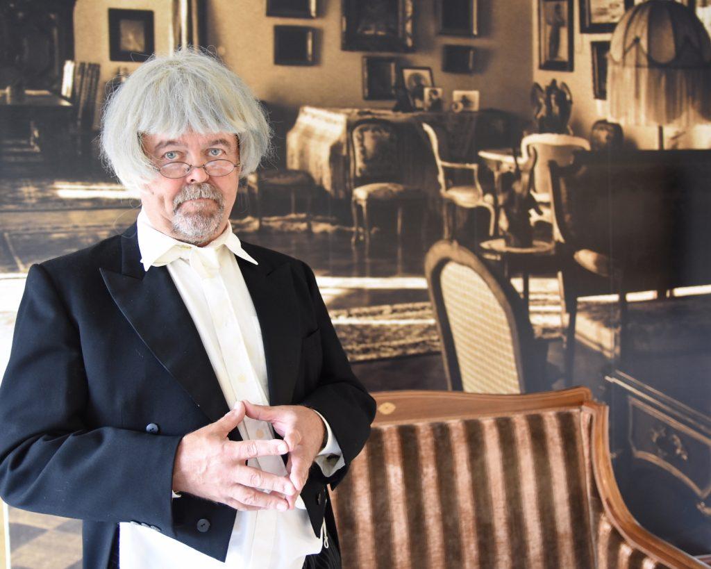 Gunnar-hovimestari neuvoo Serlachius-museoiden ohjelmissa.
