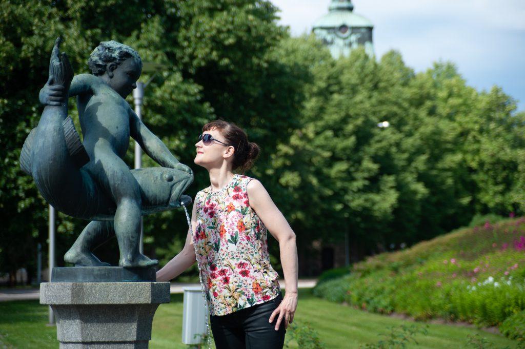 Nainen katsomassa taideteosta Mäntän taajamassa