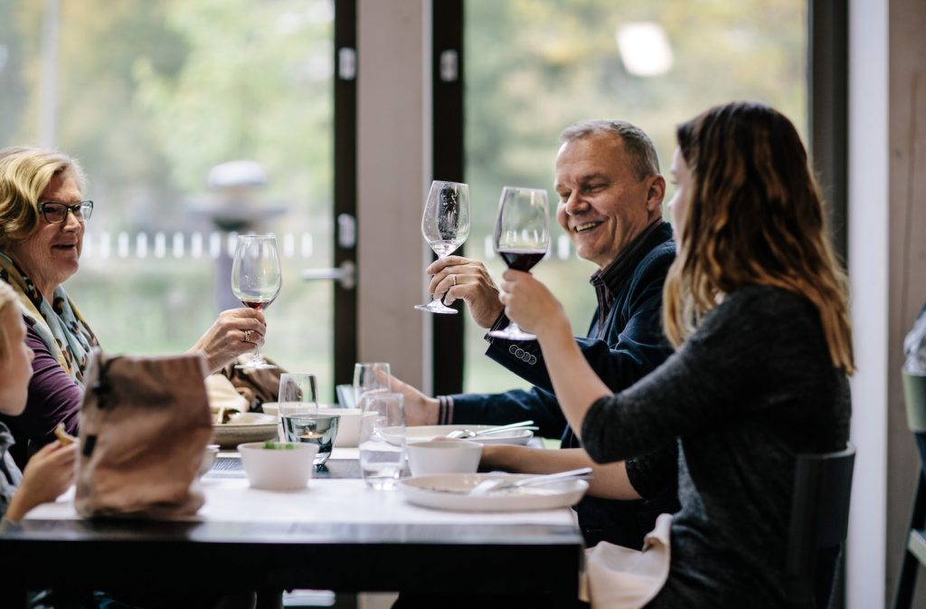 Perhe ryhmille suunnatulla illallisella ravintola Göstassa