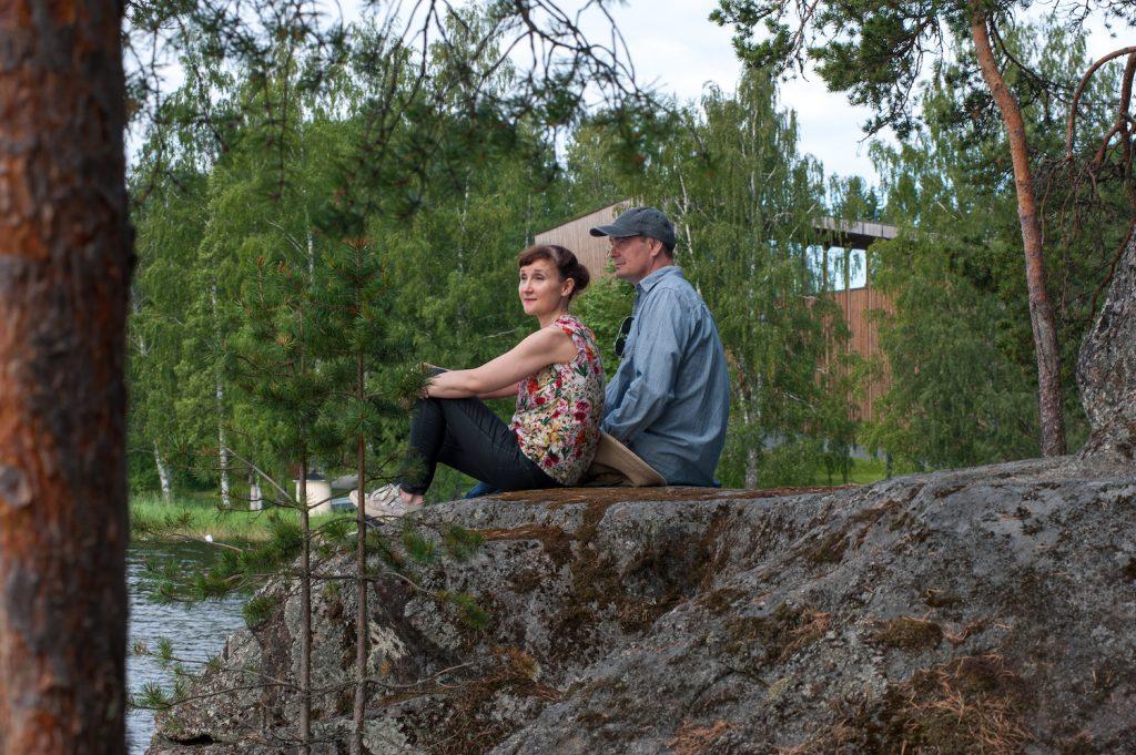 Pariskunta kalliolla Serlachius-museo Göstan rannassa