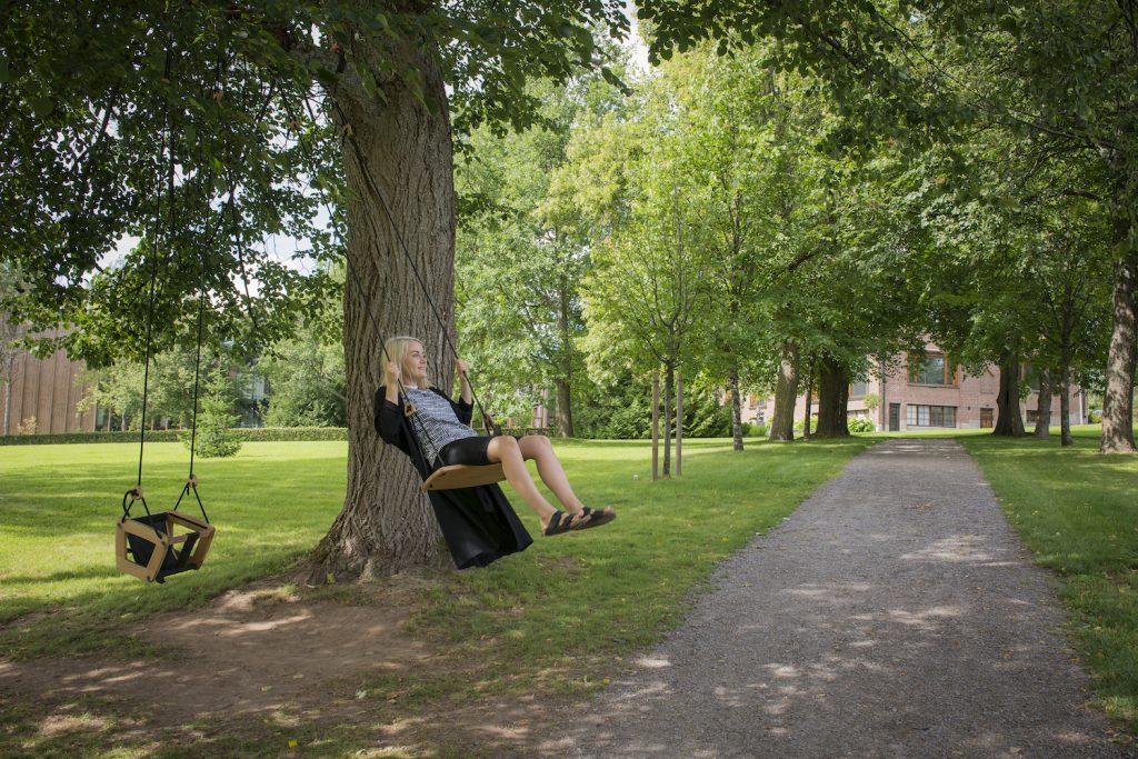 Nainen keinussa taidemuseo Göstan puistossa