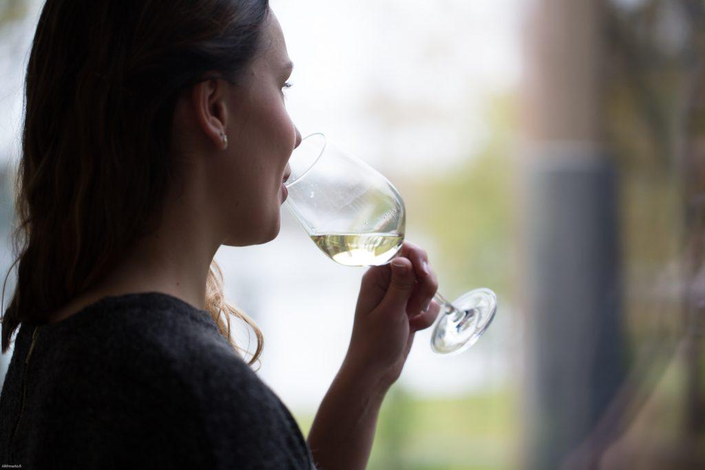 Nainen juomassa viiniä Ravintola Göstassa