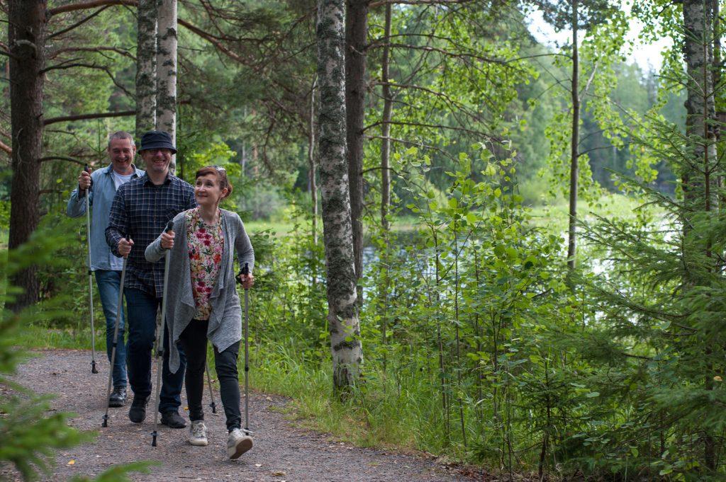 Ein Spaziergang mit Spazierstöcke auf dem Liebespfad