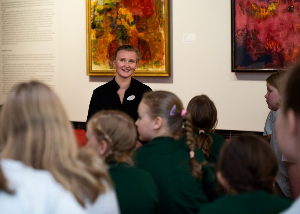 Koululaiset Serlachius museossa / Children at Serlachius Museums on a guided tour.