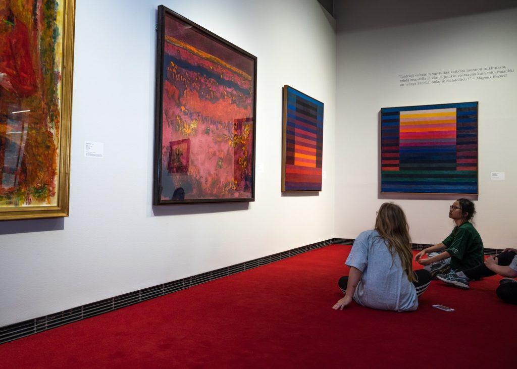 Lapset tarkastelemassa värejä Serlachius museo Göstan lattialla