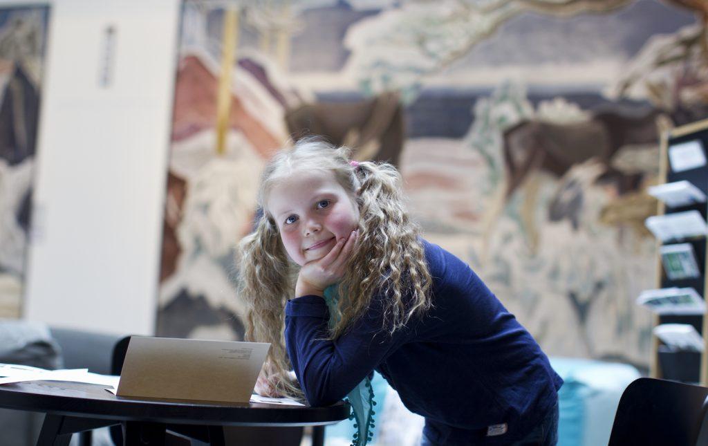 Tyttö lastenkutsuilla Gustaf-museossa