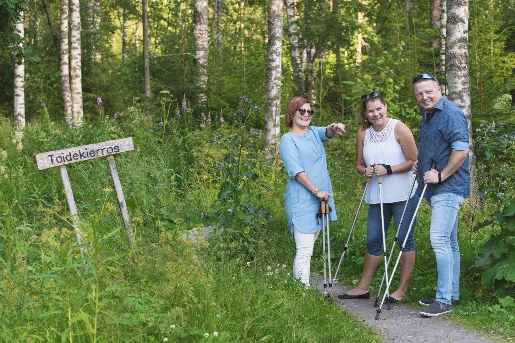 Beundra även natur på promenadutflykter med stavar eller på cykelutflykter med Jopo.