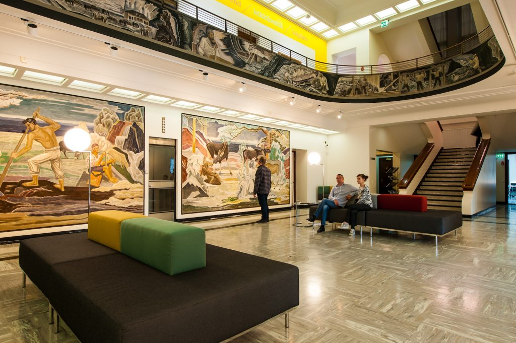 Yleiskuva Serlachius-museo Gustafin aulasta.