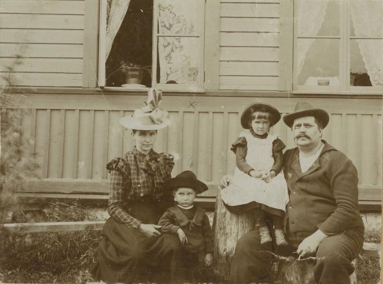 Ida Vilhelmiina, Lauri, Elisabet ja Ernst Ivar Roini Rinkossa noin vuonna 1897.