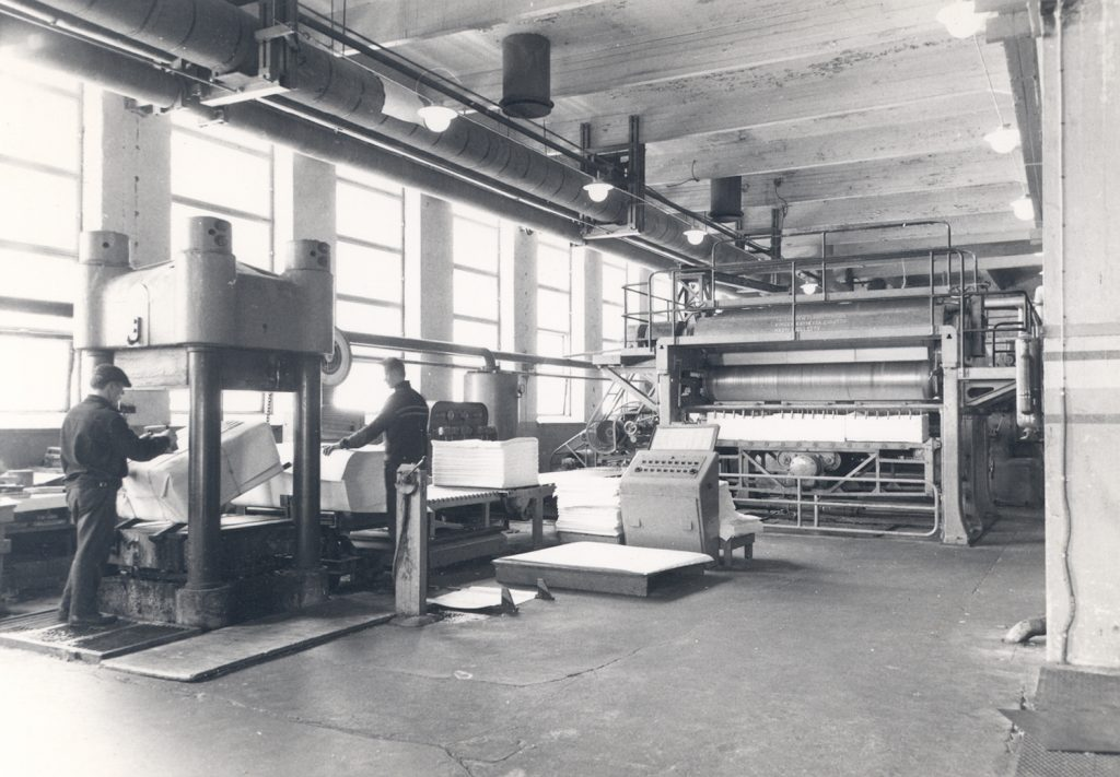 Mäntän sellutehdas selluloosapaalieja kääritään ja leimataan 1962. Kuva: Arno Kenetti. G.A. Serlachius Oy:n kuva-arkisto, Serlachius-museot.