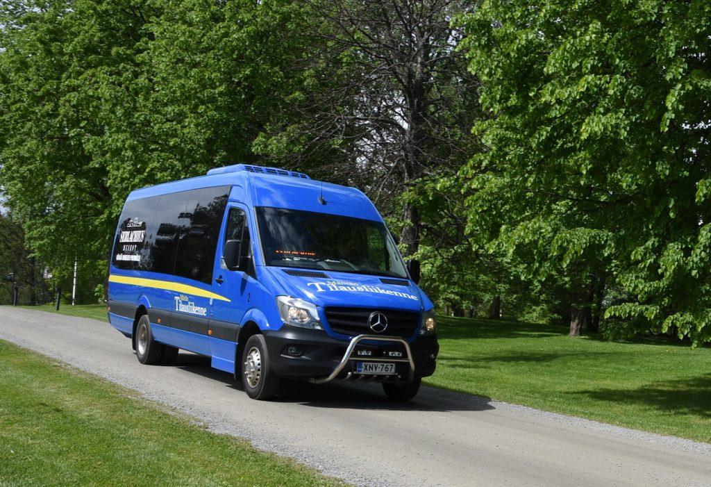 Suunnittele vierailusi Serlachius-bussilla. Se tuo helposti Tampereelta suoraan museoihin.