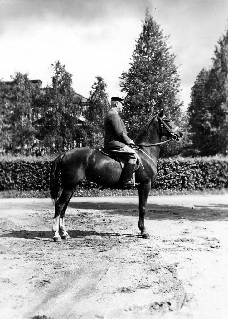 Gösta Serlachius ridande på en häst på 1930-talet.