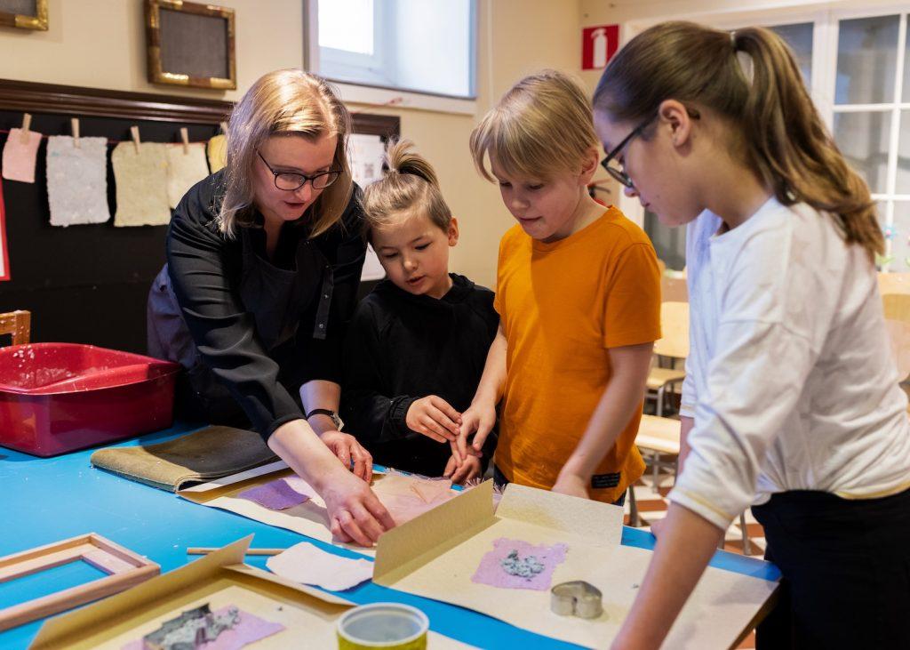 Lapset valmistavat paperia Serlachius-museo Gustafissa