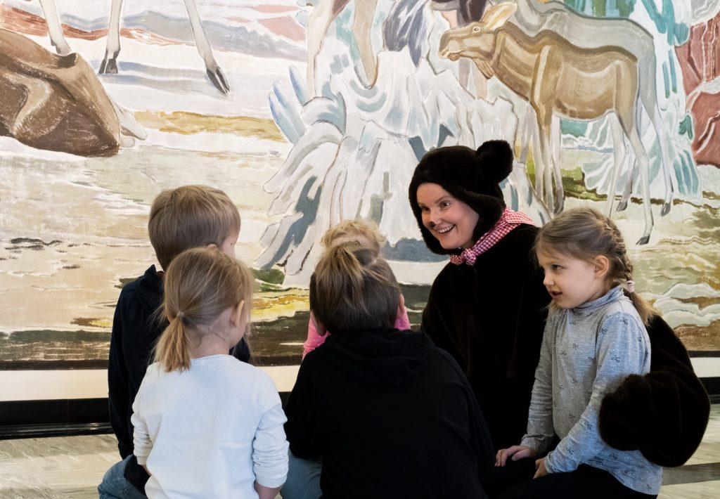 Marja Mesikämmen lasten kanssa SErlachius-museo Gustafissa.