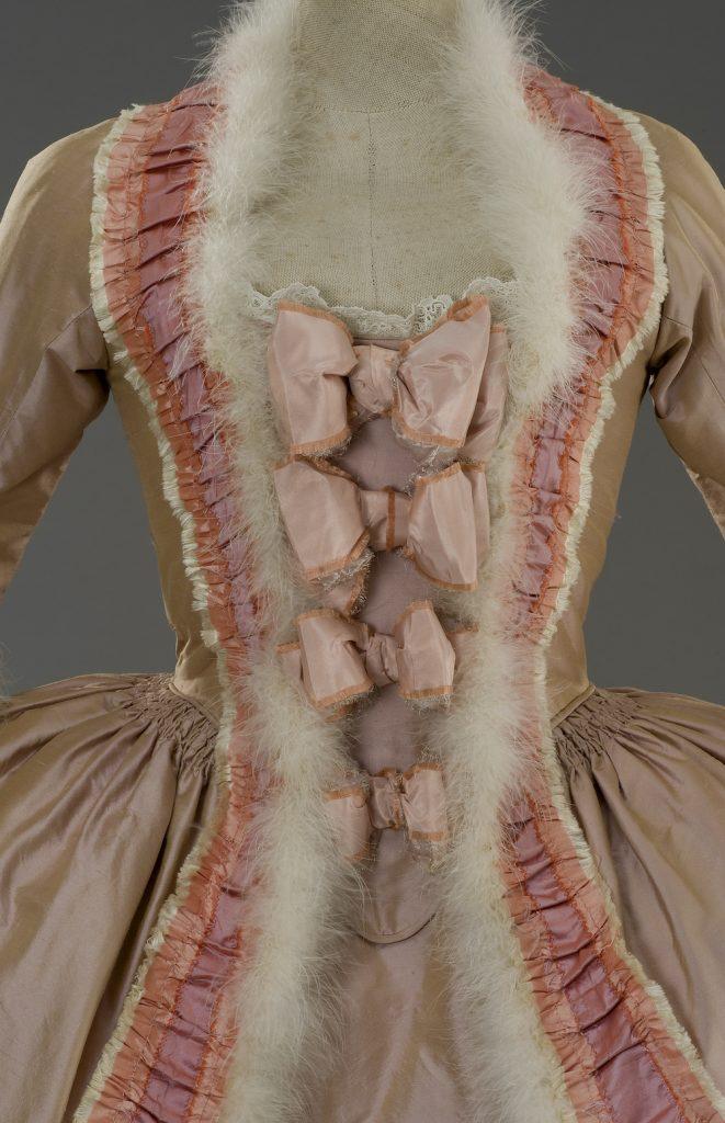 Naisen puvun yksityiskohta Sofia Coppolan ohjaamaan ja Milena Canoneron puvustamaan elokuvaan Marie Antoinette, 2006. Valokuva Giorgio Benni. Courtesy Tirelli Collection.