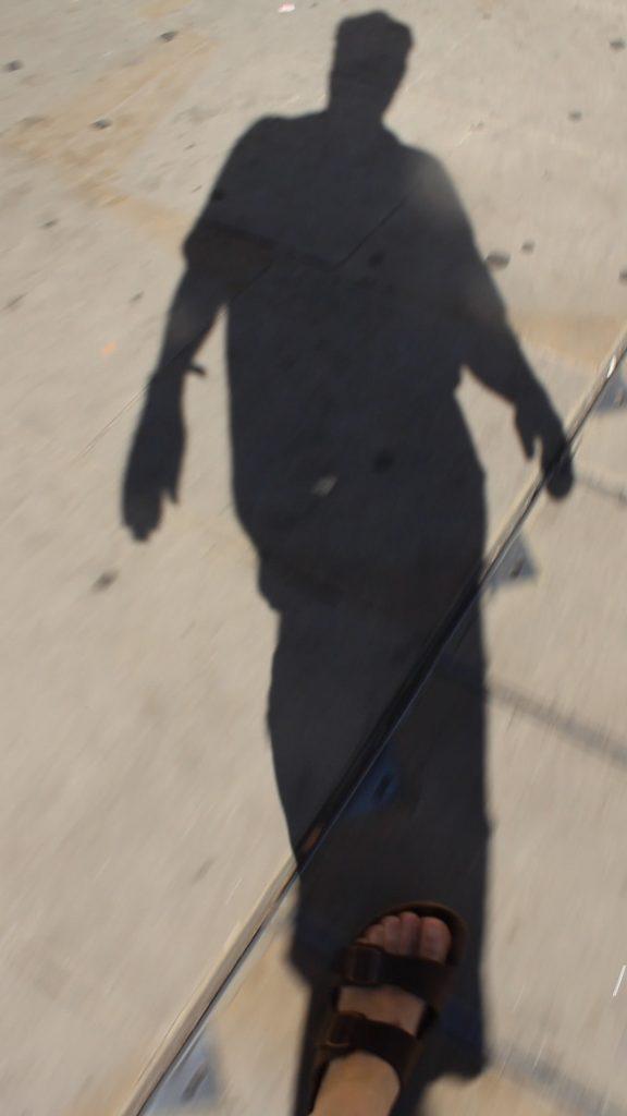 Mark Wallinger, Shadow Walker, 2011, stillkuva videoteoksesta, Gösta Serlachiuksen taidesäätiö.