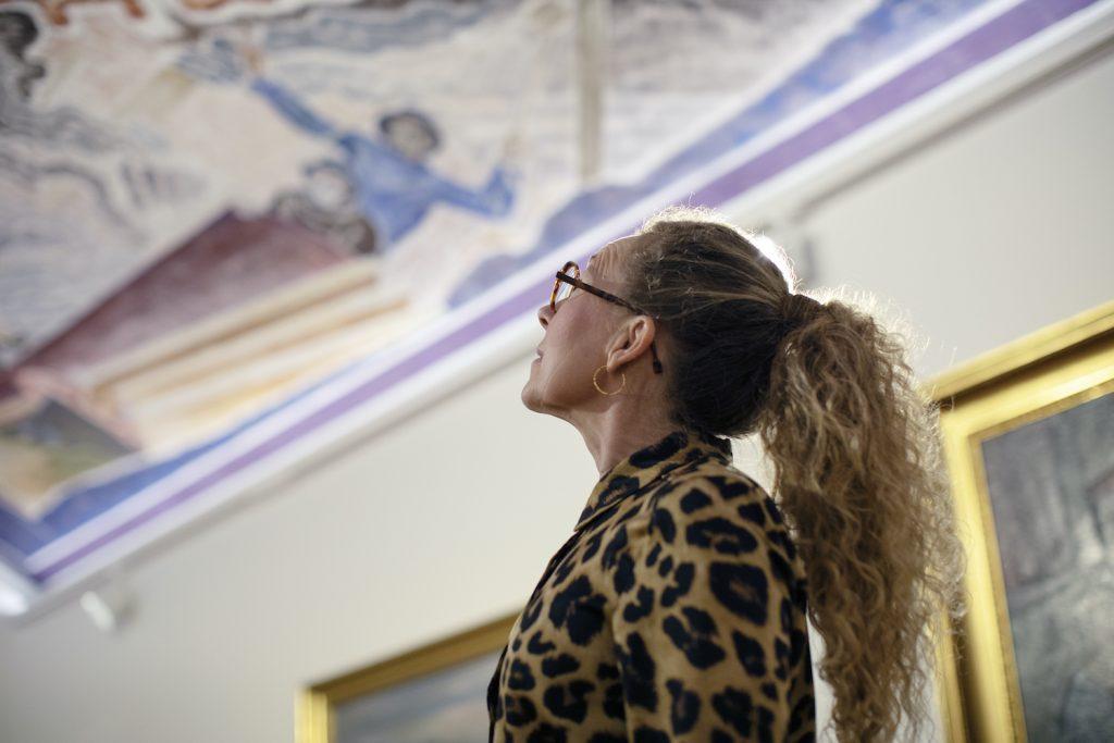 Nainen Serlachius-museo Göstassa.